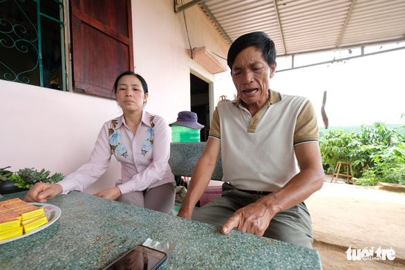Ông Cù Văn Nhương và bà Nguyễn Thị Hường là hai hộ dân bị b ê u tên trong bảng thông báo vì không phối hợp cùng người dân trong xóm làm đường bêtông - Ảnh: M.VINH
