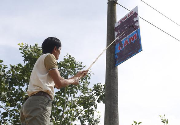 Không đóng tiền làm đường trong xóm, hai gia đình bị người dân bêu tên lên trụ điện - Ảnh 8.