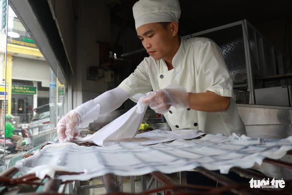 Thưởng thức phở tươi trong thố đá ở Sài Gòn - Ảnh 2.