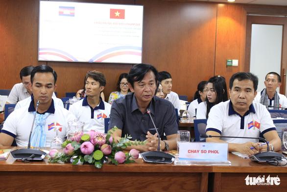 Các nhà báo Campuchia thích thú với Trung tâm báo chí TP.HCM - Ảnh 3.