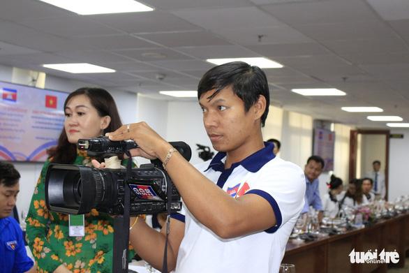 Các nhà báo Campuchia thích thú với Trung tâm báo chí TP.HCM - Ảnh 5.