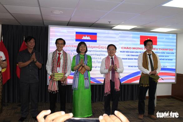 Các nhà báo Campuchia thích thú với Trung tâm báo chí TP.HCM - Ảnh 6.