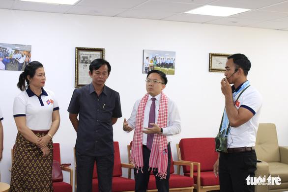 Các nhà báo Campuchia thích thú với Trung tâm báo chí TP.HCM - Ảnh 7.