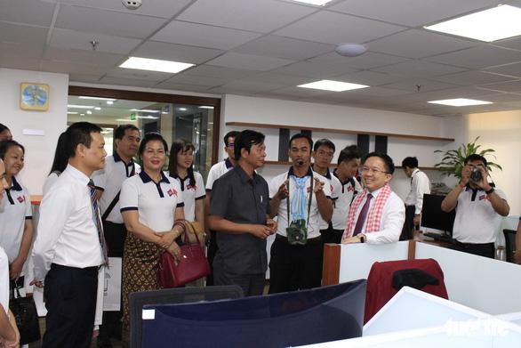 Các nhà báo Campuchia thích thú với Trung tâm báo chí TP.HCM - Ảnh 1.
