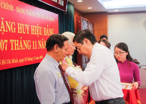 12 đảng viên khối Dân - Chính - Đảng TP.HCM nhận huy hiệu - Ảnh 1.