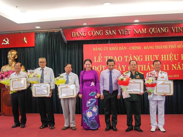 12 đảng viên khối Dân - Chính - Đảng TP.HCM nhận huy hiệu - Ảnh 2.