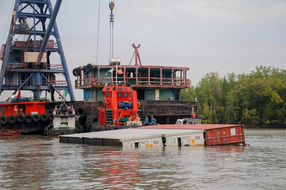 Kẹt đường ra vào cảng TP.HCM - Ảnh 1.