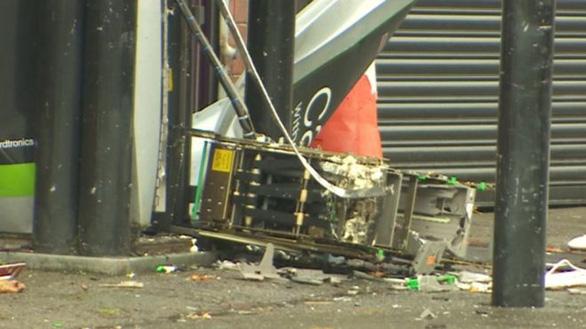 Gài thuốc nổ phá vỡ toang máy rút tiền để cướp - Ảnh 2.
