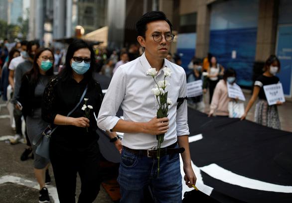 Người Hong Kong xuống đường giờ ăn trưa vì sinh viên chết trong biểu tình - Ảnh 1.