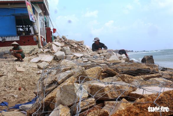 Hàng trăm người dân làng biển Nhơn Hải hối hả lo chống bão - Ảnh 7.