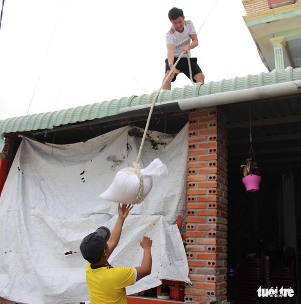 Hàng trăm người dân làng biển Nhơn Hải hối hả lo chống bão - Ảnh 2.