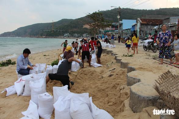 Hàng trăm người dân làng biển Nhơn Hải hối hả lo chống bão - Ảnh 4.