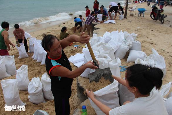 Hàng trăm người dân làng biển Nhơn Hải hối hả lo chống bão - Ảnh 1.