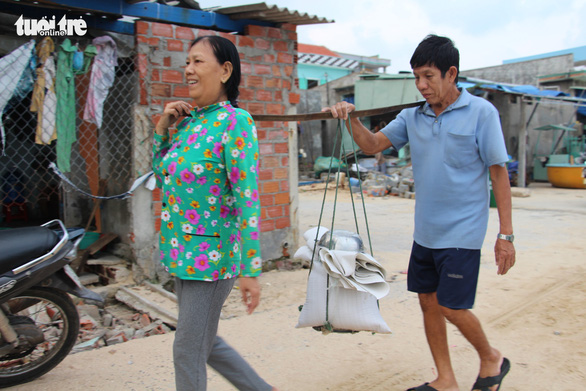 Hàng trăm người dân làng biển Nhơn Hải hối hả lo chống bão - Ảnh 5.