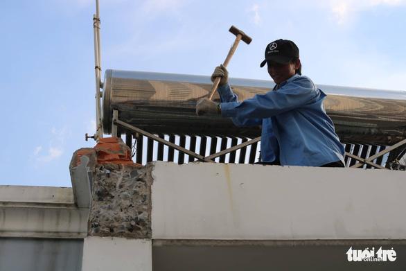 Tháo dỡ nhà xây sai phép của nguyên Chánh thanh tra xây dựng  - Ảnh 2.
