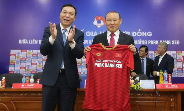 Ký hợp đồng mới, VFF và HLV Park Hang Seo cảm ơn bầu Đức - Ảnh 1.