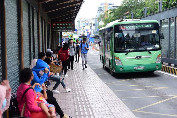 TP.HCM thí điểm miễn phí giữ xe 2 bánh cho người đi xe buýt - Ảnh 1.