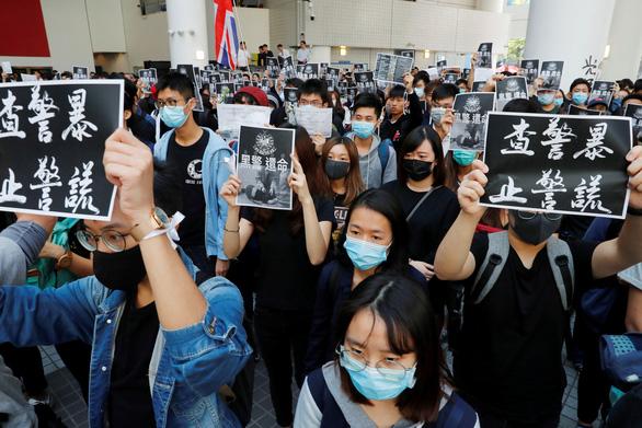 Người Hong Kong xuống đường giờ ăn trưa vì sinh viên chết trong biểu tình - Ảnh 2.