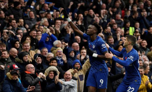 Song sát Abraham - Pulisic đưa Chelsea lên nhì bảng - Ảnh 1.