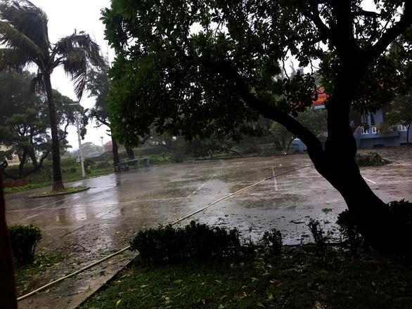 Gió bão quần thảo Song Tử Tây nhiều giờ - Ảnh 2.