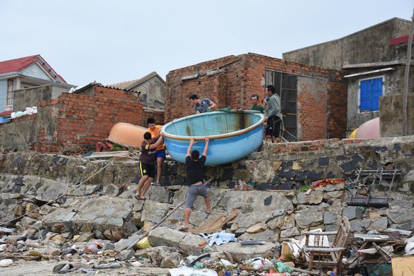 Tâm bão số 6 Bình Định, Phú Yên chằng chống mọi thứ trước giờ G - Ảnh 8.