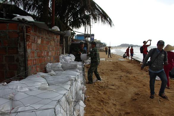 Tâm bão số 6 Bình Định, Phú Yên chằng chống mọi thứ trước giờ G - Ảnh 5.