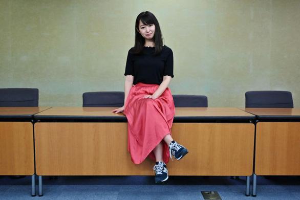 Phụ nữ Nhật tức giận vì đeo kính đi làm bị xem là khiếm nhã - Ảnh 1.
