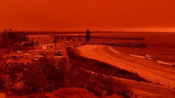 Cháy rừng dữ dội tạo ra mây lửa, trời chuyển màu đỏ cam như tận thế - Ảnh 1.