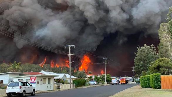 Cháy rừng dữ dội tạo ra mây lửa, trời chuyển màu đỏ cam như tận thế - Ảnh 4.