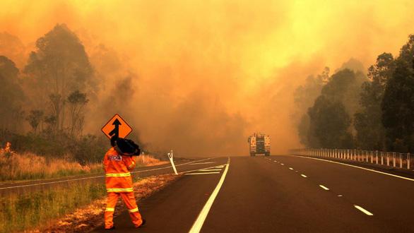 Cháy rừng dữ dội tạo ra mây lửa, trời chuyển màu đỏ cam như tận thế - Ảnh 3.