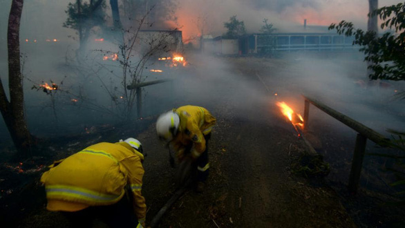 Cháy rừng dữ dội tạo ra mây lửa, trời chuyển màu đỏ cam như tận thế - Ảnh 7.