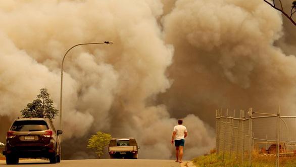 Cháy rừng dữ dội tạo ra mây lửa, trời chuyển màu đỏ cam như tận thế - Ảnh 9.
