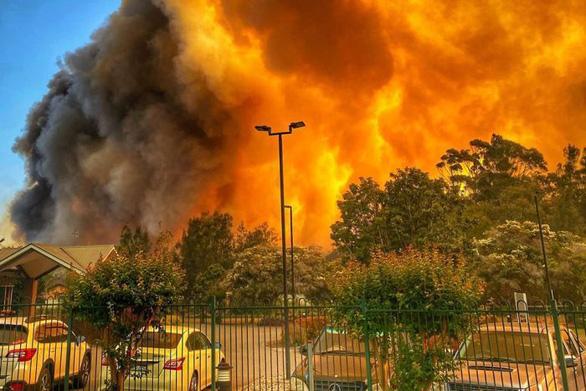 Cháy rừng dữ dội tạo ra mây lửa, trời chuyển màu đỏ cam như tận thế - Ảnh 5.