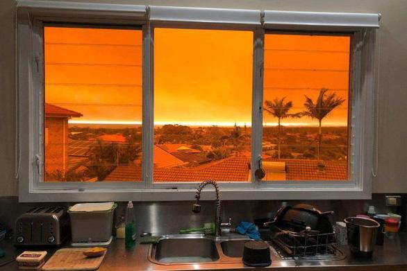 Cháy rừng dữ dội tạo ra mây lửa, trời chuyển màu đỏ cam như tận thế - Ảnh 2.