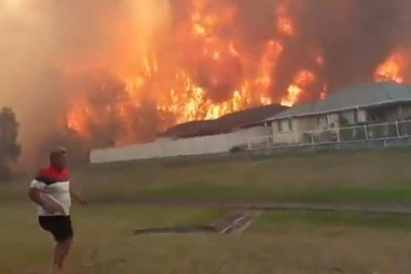 Cháy rừng dữ dội tạo ra mây lửa, trời chuyển màu đỏ cam như tận thế - Ảnh 10.