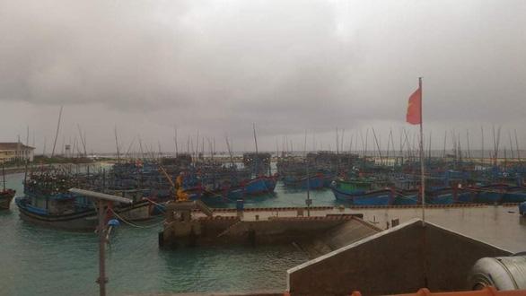 Ngư dân vào các âu tàu ở Trường Sa để tránh bão số 6 - Ảnh 1.