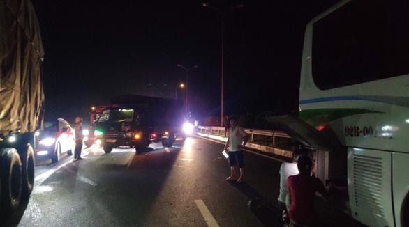 Xe khách rách bươm đầu sau va chạm với xe container trên cao tốc TP.HCM - Long Thành - Dầu Giây - Ảnh 2.