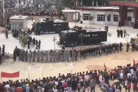 Trung Quốc: Dân bao vây trụ sở công quyền vì lấy đất xây nhà hỏa táng - Ảnh 2.