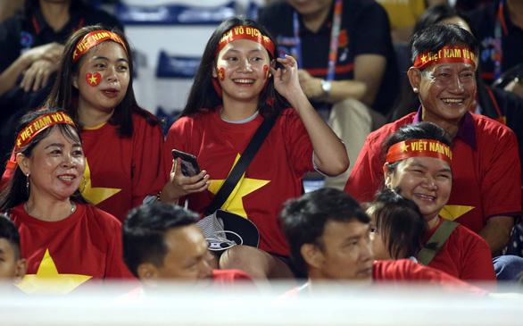 CĐV Việt Nam tại Philippines vỡ òa trước chiến thắng của thầy trò ông Park - Ảnh 2.