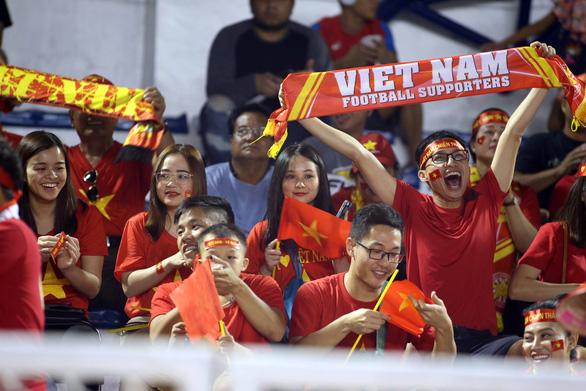 CĐV Việt Nam tại Philippines vỡ òa trước chiến thắng của thầy trò ông Park - Ảnh 4.