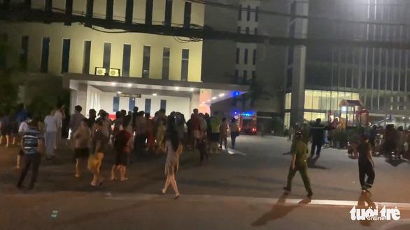 Căn hộ chung cư Xi Grand Court bốc cháy, nhiều cư dân người tháo chạy trong đêm - Ảnh 2.