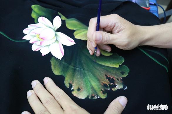 Bạn trẻ miệt mài với nét vẽ trên vải áo dài - Ảnh 1.
