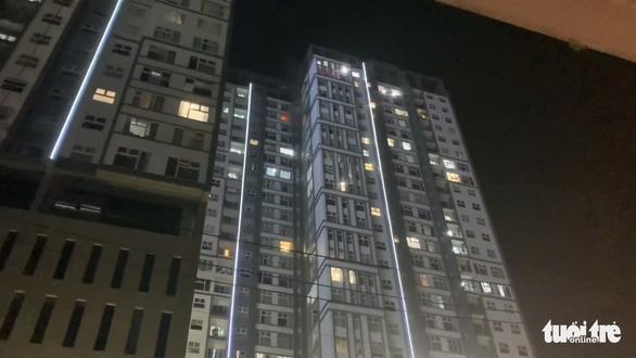 Căn hộ chung cư Xi Grand Court bốc cháy, nhiều cư dân người tháo chạy trong đêm - Ảnh 4.