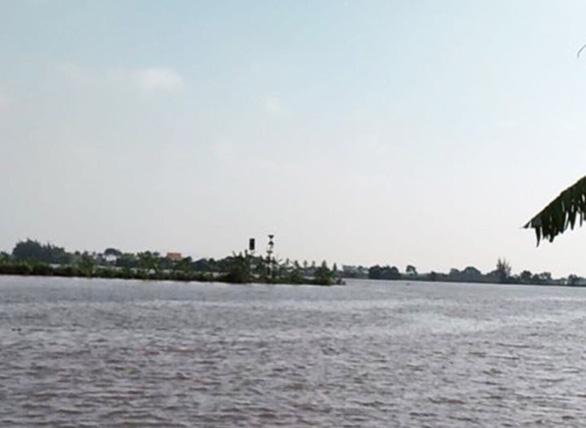 Sà lan chở gạch chìm trên sông Luộc, ít nhất 2 người mất tích - Ảnh 1.