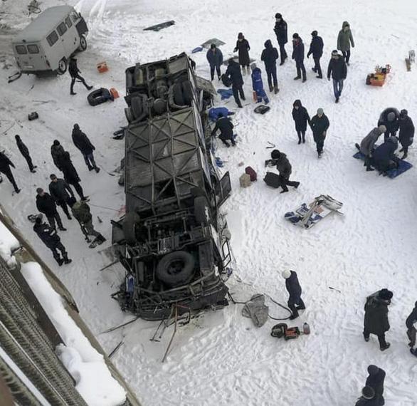 Xe buýt rơi xuống sông băng ở Nga, 19 người chết - Ảnh 1.