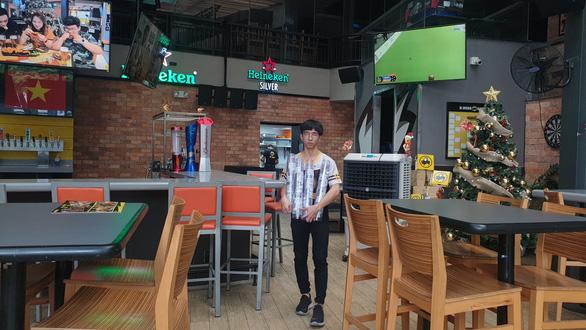 Nhà hàng, quán ăn tưng bừng, kín bàn từ sớm chờ trận chung kết U22 Việt Nam - Ảnh 4.