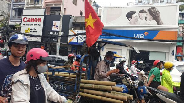 Nhà hàng, quán ăn tưng bừng, kín bàn từ sớm chờ trận chung kết U22 Việt Nam - Ảnh 9.