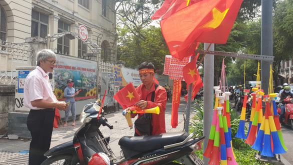 Nhà hàng, quán ăn tưng bừng, kín bàn từ sớm chờ trận chung kết U22 Việt Nam - Ảnh 6.