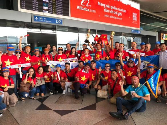 Người hâm mộ Việt rầm rộ sang Philippines tiếp lửa tuyển U22 VN đêm chung kết - Ảnh 2.