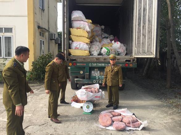 Bắt giữ xe chở 11 tấn nội tạng heo bốc mùi từ TP.HCM ra Quảng Ninh - Ảnh 2.